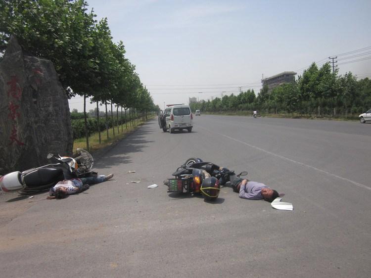 河南焦作新闻网_高清组图河南焦作警车遇交通事故见死不救