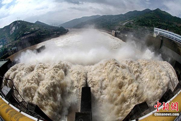 福建水口水电站开启溢洪闸