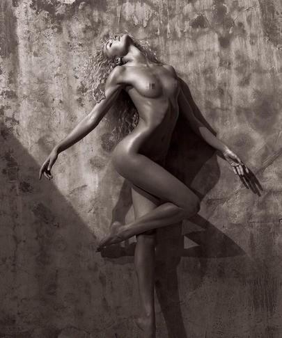 维秘天使坎蒂丝全裸大片展酮体曲线