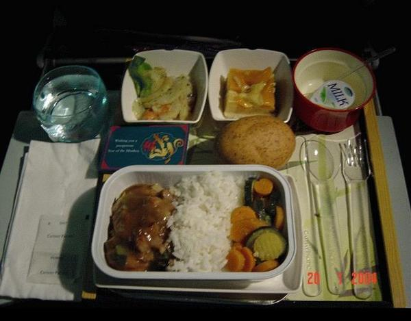 图:30年前飞机上饮料有茅台 看如今飞机餐什么样