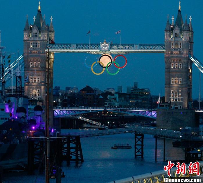 当地时间8月3日,伦敦塔桥上