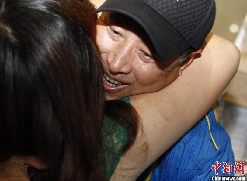 李永波/羽毛球队凯旋场面火爆:林丹被包围李永波与妻子激吻(1/15)查看...