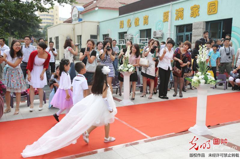 山东青岛一幼儿园毕业走红地毯 小孩似明星(组图)