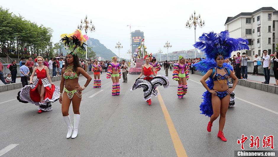 广西柳州桑巴女郎与市民热舞