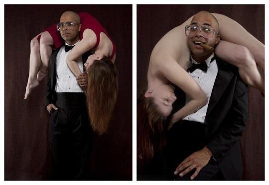 组图:黑人艺术家将美女挂脖子上当人肉围巾