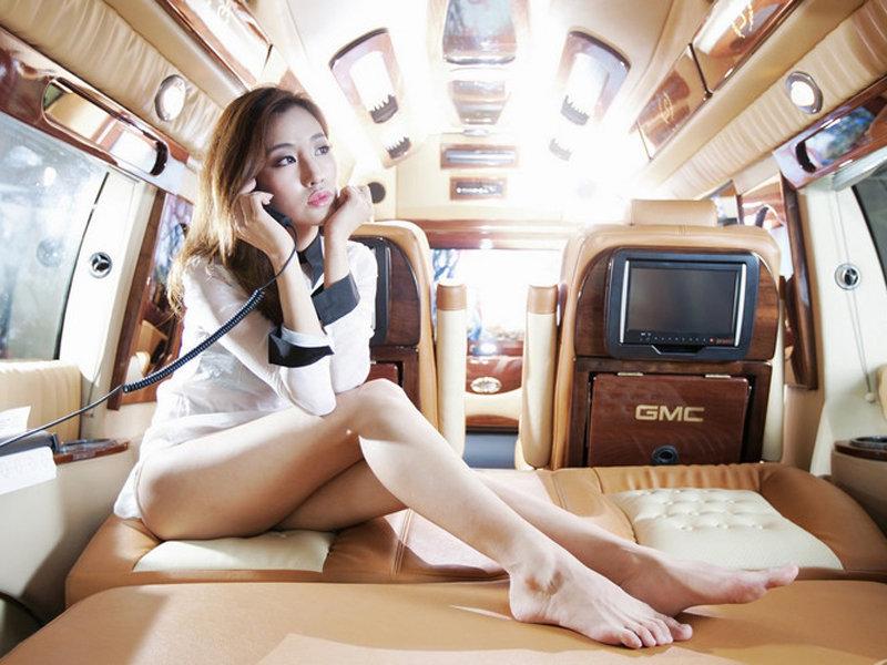气质美女的午后车旁小憩 汽车频道