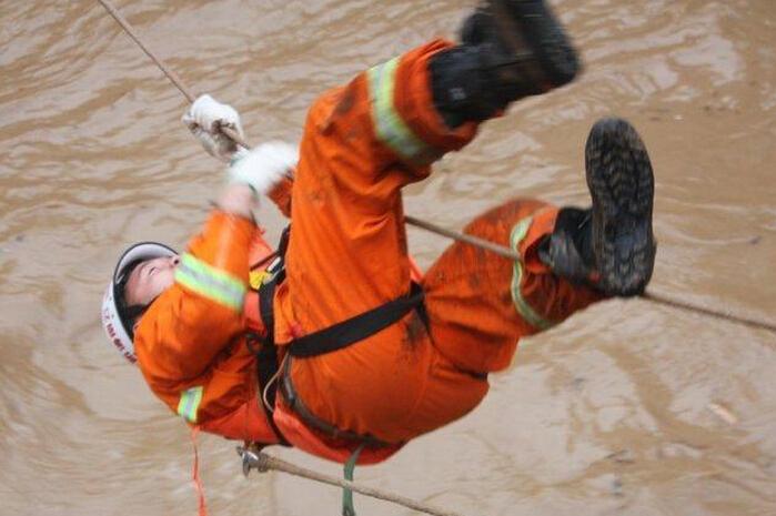组图:云南鱼洞乡突发洪灾 汽车被冲上墙